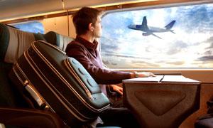 坐在列车车厢里的旅客摄影高清图片