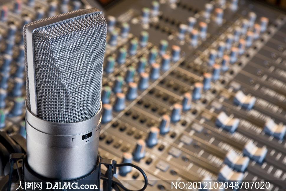 麦克风话筒与专业调音设备高清图片