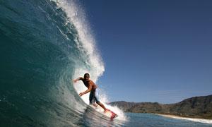 炎炎夏日激情在冲浪的男人高清图片