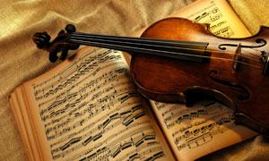 小提琴与复古怀旧乐谱摄影高清图片
