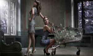 两个美女模特与购物车摄影高清图片