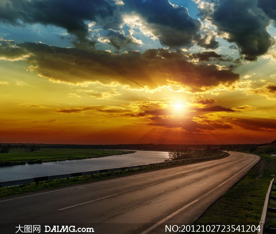 大图首页 高清图片 自然风景 > 素材信息  天空云彩与河边的公路摄影