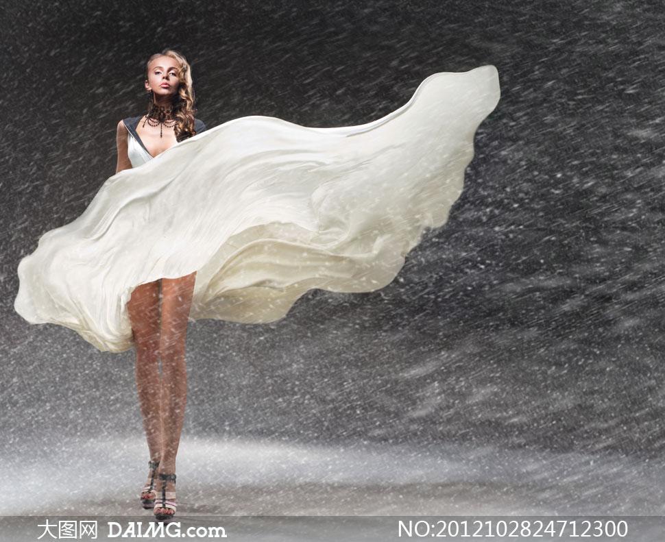 美女女性外国国外卷发长发风吹乳白色奶白色风雪下雪