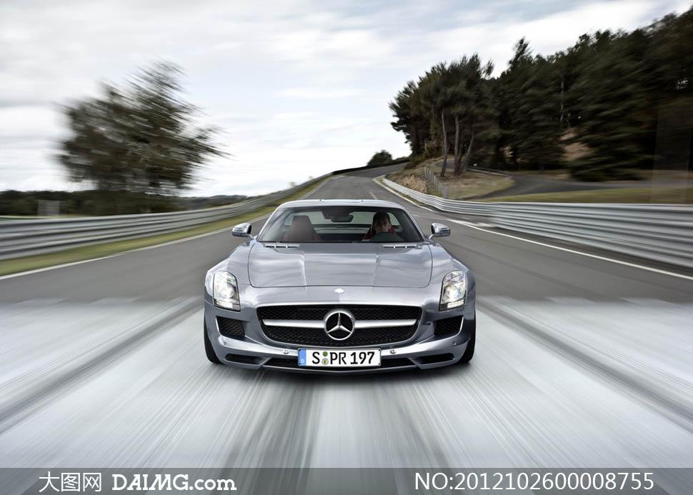 行驶中的奔驰汽车摄影图片素材
