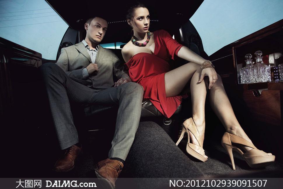 坐在汽车内的美女帅哥摄影高清图片