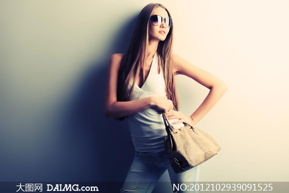 外国国外模特发型头发长发太阳镜墨镜眼镜女包牛仔裤
