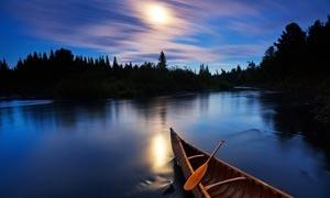 晚霞中的湖面摄影图片