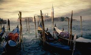 意大利海边小艇油画设计图片