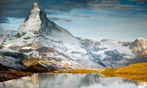雪山风景和湖泊摄影图片
