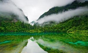 山中清澈的湖水摄影图片