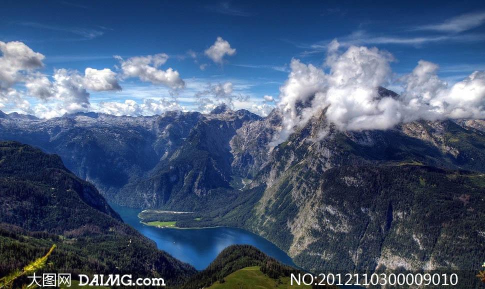 云彩下的山峦峡谷摄影图片