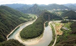 山间河流和田耕摄影图片