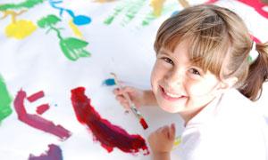 用画笔画画的可爱女孩摄影高清图片