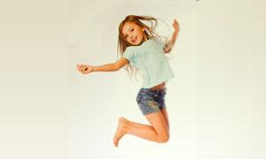 跃起的牛仔短裤小女孩摄影高清图片
