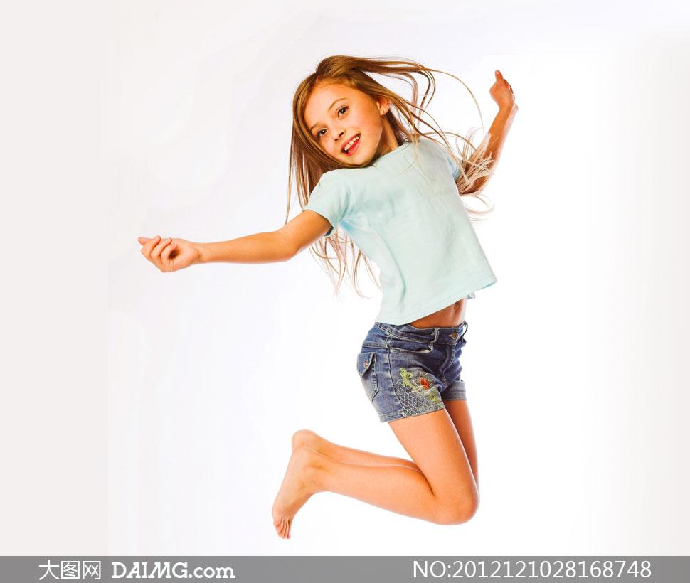 可爱 ppt 小游戏 小女孩/跃起的牛仔短裤小女孩摄影高清图片/ 大图网设...