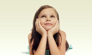 双手托着下巴的小女孩摄影高清图片