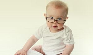 戴着眼镜看书的小男孩摄影高清图片