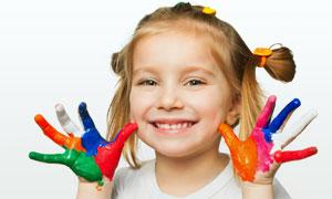 双手沾满颜料的小女孩摄影高清图片