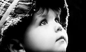 抬头仰望的小男孩黑白摄影高清图片