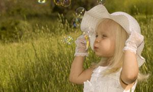 戴着帽子的金发小女孩摄影高清图片