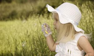 野外戴白色帽子的女孩摄影高清图片