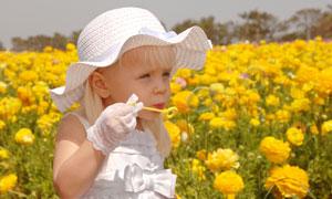 花丛里的吹泡泡小女孩摄影高清图片