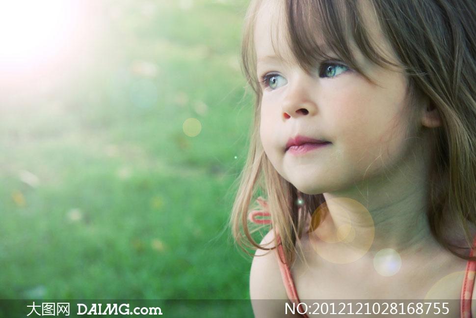 长发可爱的小女孩逆光摄影高清图片