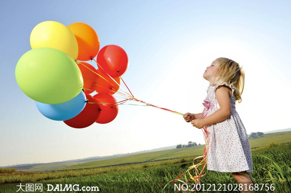 可爱外国国外长发阳光光芒气球侧面金发外景草地庄稼