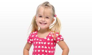 面带笑容叉腰的小女孩摄影高清图片
