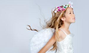 戴花环穿天使装的女孩摄影高清图片
