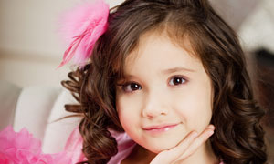 穿粉色裙装的卷发女孩摄影高清图片