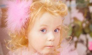 金发大眼睛女孩与玫瑰摄影高清图片
