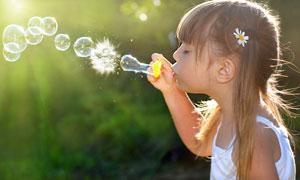 在吹肥皂泡泡的小女孩摄影高清图片