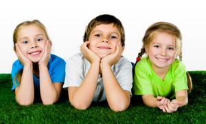 草地上的三个学生人物PSD分层素材
