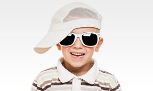 戴帽子与墨镜的小男孩摄影高清图片