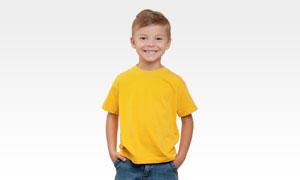 穿黄色短袖恤衫的男孩摄影高清图片