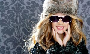 戴皮草帽与墨镜的女孩摄影高清图片