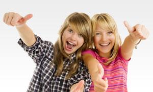 双手翘起大拇指的女孩摄影高清图片