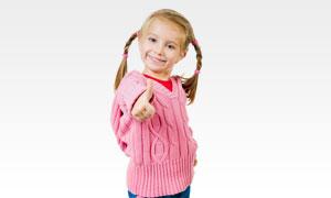 扎着俩小辫儿的小女孩摄影高清图片