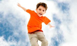 高高跳起的小男孩人物摄影高清图片