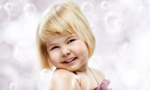 歪着头的小女孩与泡泡摄影高清图片