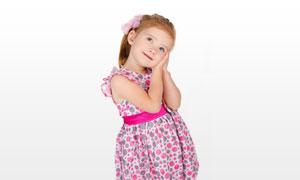 手放在一侧脸颊的女孩摄影高清图片