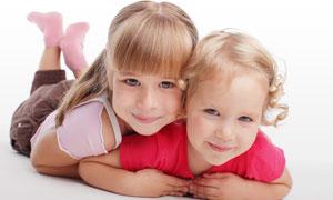 压在一起的两个小女孩摄影高清图片