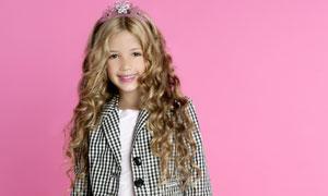 格子装扮的卷发小女孩摄影高清图片