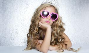 戴着心形墨镜的小女孩摄影高清图片