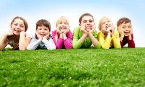 草地上趴一排儿童人物摄影高清图片