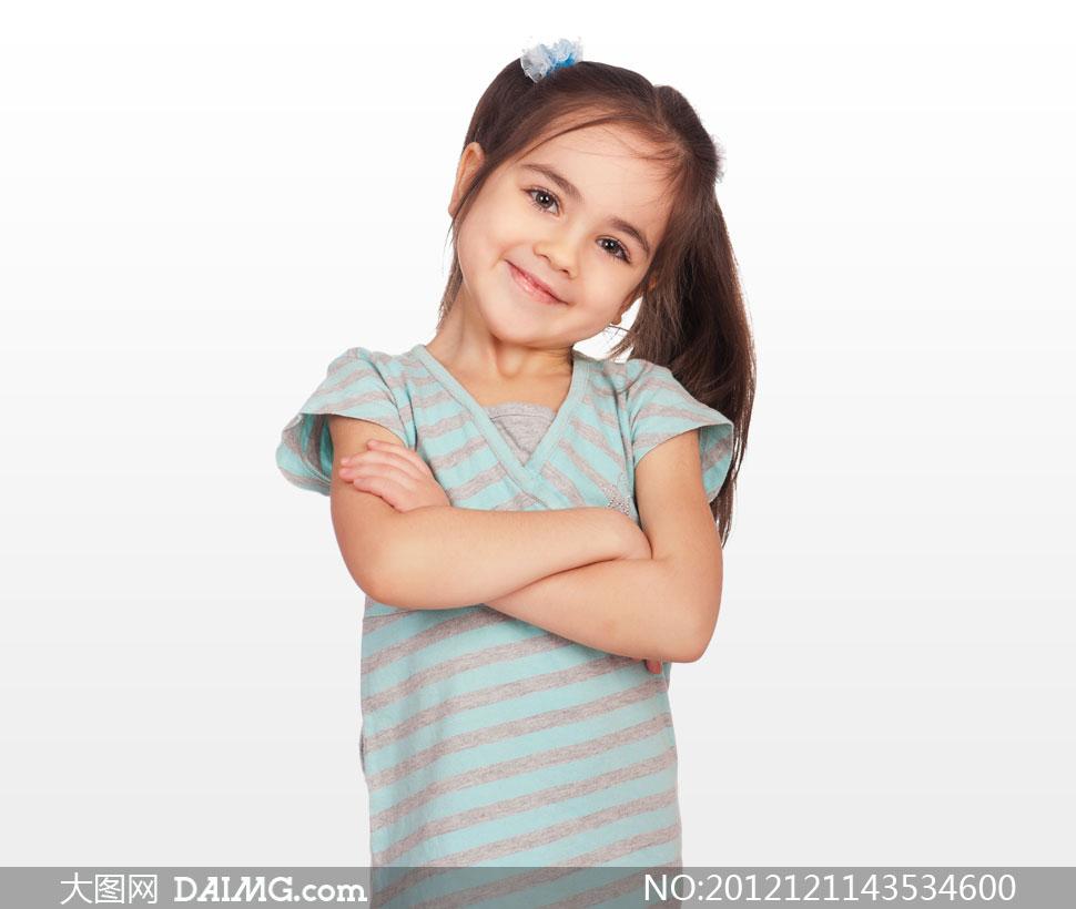 抱着肩膀的可爱小女孩摄影高清图片