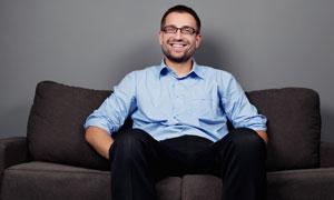 坐在沙发上的商务男人摄影高清图片