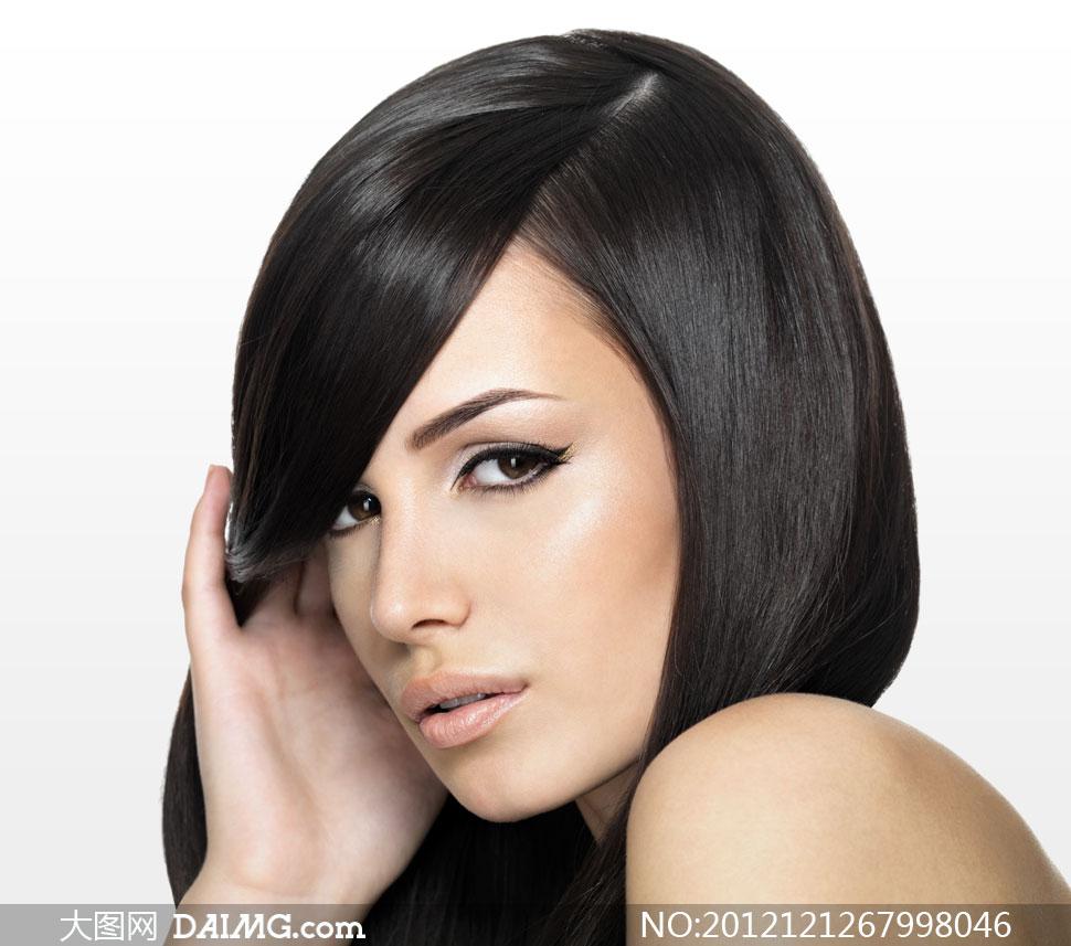 柔顺黑发露肩美女人物摄影高清图片