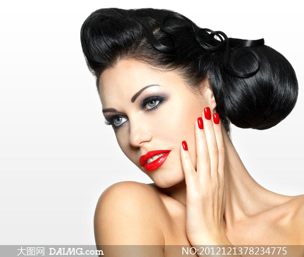 手抚摸脸颊的露肩美女摄影高清图片